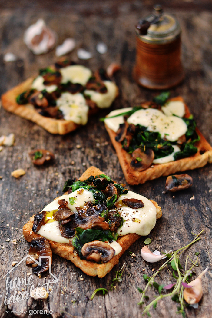 Mozarella & mushroom toasts_waterpsd
