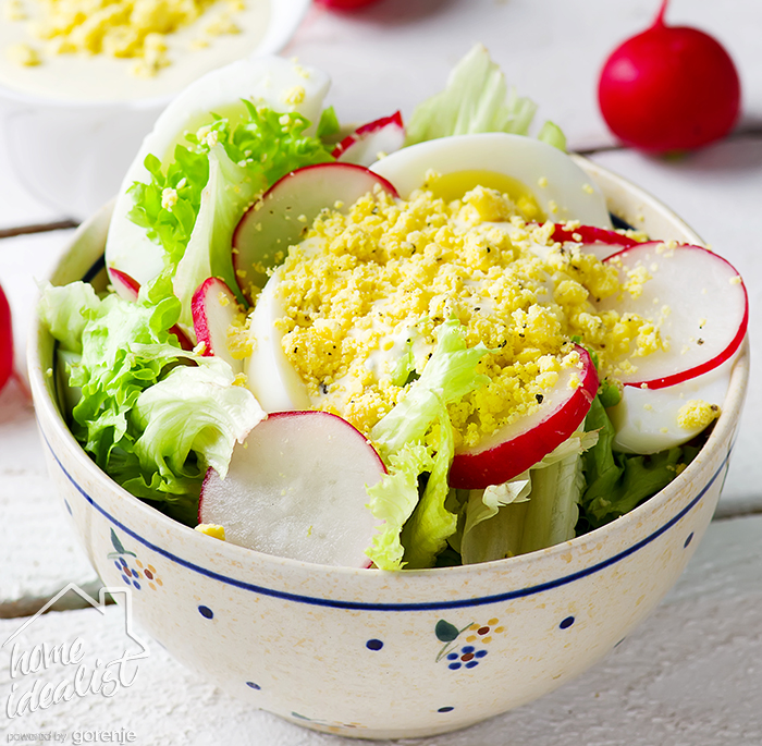 Весенний салат с яичной заправкой_water