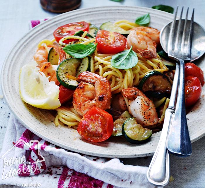 Spaghetti z krewetkami i cukinią_water