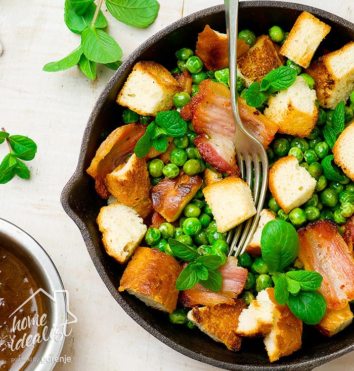 Teplyiy salat s goroshkom