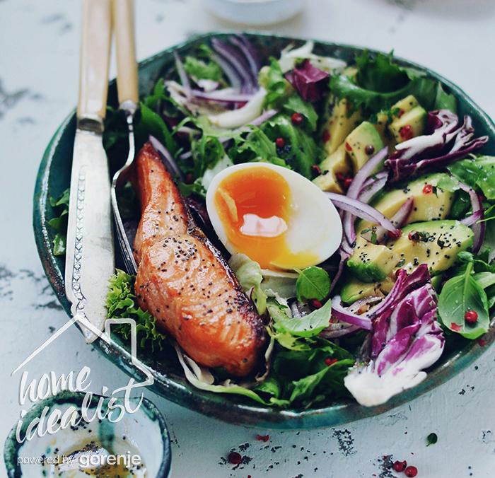 Salat z lososem, yaytsem I avokado